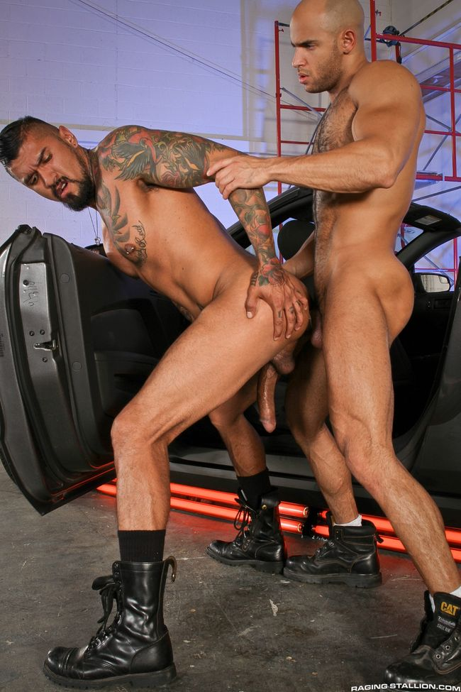 GAY PORN MEGASTAR BOOMER BANKS BOTTOMS FIRST TIME FOR MUSCLED SEAN ZEVRAN- CAREER MAKING SCENE