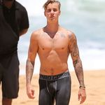 MAN/BOY JUSTIN BIEBER SHOWS VISIBLE PENIS LINE WEARING SKIN TIGHT SHORTS ON BEACH